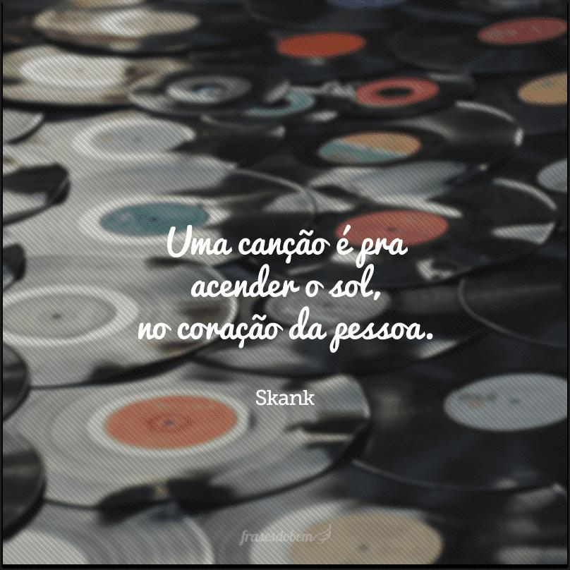 Uma canção é pra acender o sol, no coração da pessoa.