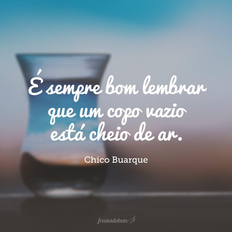 É sempre bom lembrar que um copo vazio está cheio de ar.